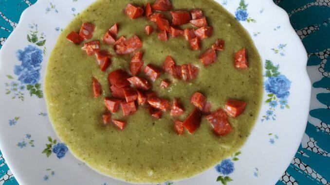 Brokolicová polévka s klobásou