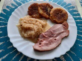 Uzené maso s bramboráčky a zelím
